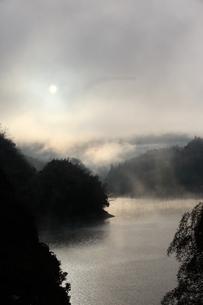菅野湖の気嵐の写真素材 [FYI03207897]