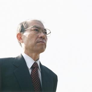 メガネを掛けた中高年の日本人ビジネスマンの写真素材 [FYI03207905]