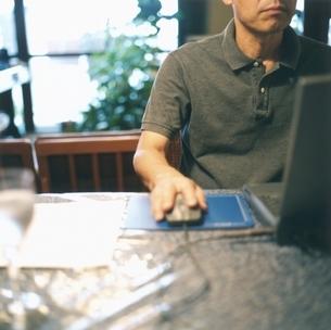 パソコンを使う中高年の日本人男性の写真素材 [FYI03207912]