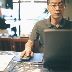 パソコンを使う中高年の日本人男性の写真素材 [FYI03207913]