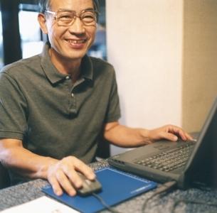 パソコンを使う中高年の日本人男性の写真素材 [FYI03207915]