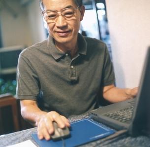 パソコンを使う中高年の日本人男性の写真素材 [FYI03207916]