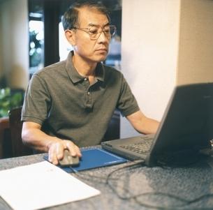 パソコンを使う中高年の日本人男性の写真素材 [FYI03207917]