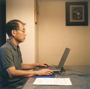 パソコンを使う中高年の日本人男性の写真素材 [FYI03207927]