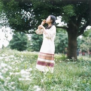 シャボン玉をする女性の写真素材 [FYI03207928]