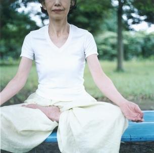 ヨガをする中高年の日本人女性の写真素材 [FYI03207934]