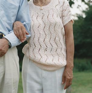 腕を組む日本人中高年夫婦の写真素材 [FYI03207963]
