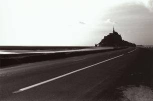 モンサンミッシェルへの道 B/W ノルマンディー フランスの写真素材 [FYI03207971]