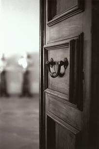 開いたドアのノブ B/W イタリアの写真素材 [FYI03207977]