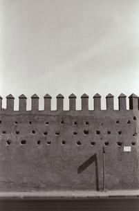 フェズのメディナにある城壁 B/W モロッコの写真素材 [FYI03207983]