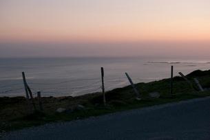 夕焼け空と海岸線の写真素材 [FYI03207993]