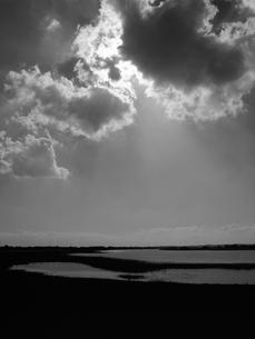 雲間から漏れる日差しの写真素材 [FYI03207997]