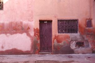 古びた壁と扉の写真素材 [FYI03207999]