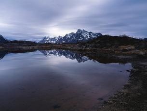 雪山と湖の写真素材 [FYI03208008]