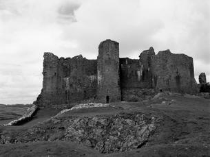 丘の上に建つ古城の写真素材 [FYI03208009]