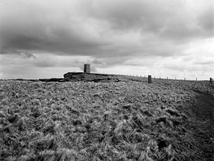 風が吹き荒れる崖に建つ塔の写真素材 [FYI03208014]