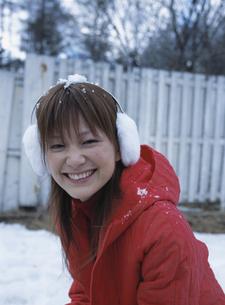 笑う日本人女性と雪の写真素材 [FYI03208123]