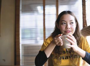 マグカップを持つ日本人女性の写真素材 [FYI03208150]
