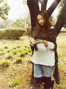 本を読む日本人女性の写真素材 [FYI03208197]