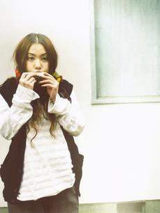 楽器を吹く日本人女性の写真素材 [FYI03208212]