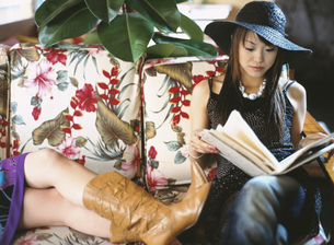 帽子を被った日本人女性とブーツの足の写真素材 [FYI03208268]