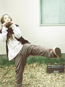 楽器を吹く日本人女性とステレオの写真素材 [FYI03208280]