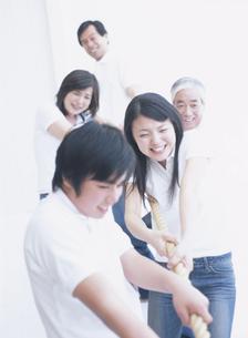 縄を引っ張る日本人家族の写真素材 [FYI03208601]