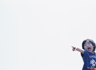 指さす日本人の男の子と空の写真素材 [FYI03208607]