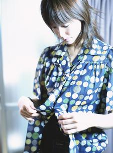 着替えをする日本人女性の写真素材 [FYI03208621]