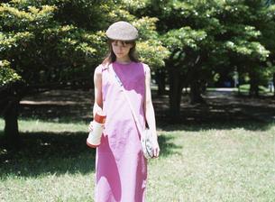 ピンク色のワンピースを着た日本人女性の写真素材 [FYI03208640]