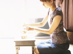 お茶を注ぐ日本人女性の写真素材 [FYI03208662]