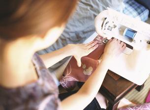 ミシンをかける日本人女性の手元の写真素材 [FYI03208702]