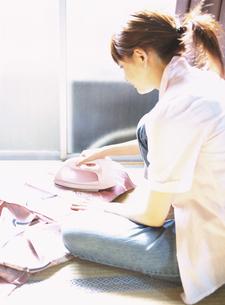 アイロンをかける日本人女性の写真素材 [FYI03208728]