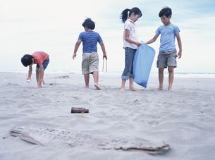 砂浜のゴミを集める子供たち 日本人の写真素材 [FYI03208812]