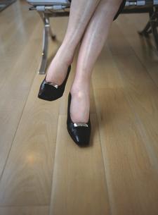 足を組んだハイヒールの女性の足元の写真素材 [FYI03209004]
