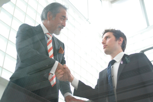 握手をするビジネスマンの写真素材 [FYI03209030]