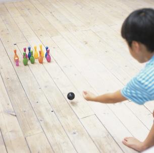 おもちゃのボーリングで遊ぶ日本人の男の子の後姿の写真素材 [FYI03209121]