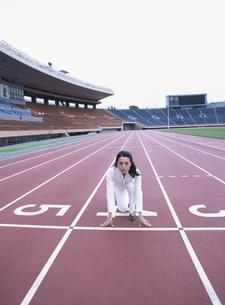 スタートラインで構える40代の日本人女性の写真素材 [FYI03209204]