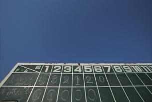 野球のスコアボードと青空の写真素材 [FYI03209255]