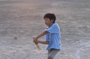 野球バッドを振る日本人の男の子の写真素材 [FYI03209286]