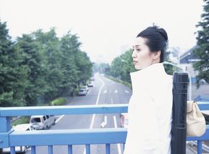 歩道橋を渡る40代の日本人女性のデザイナーの写真素材 [FYI03209294]