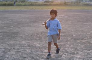 野球バッドを抱える日本人の男の子の写真素材 [FYI03209299]