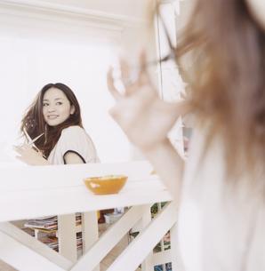 美容室でハサミを持つ日本人女性の写真素材 [FYI03209460]