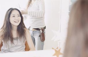 美容室で髪を切る日本人女性の写真素材 [FYI03209507]