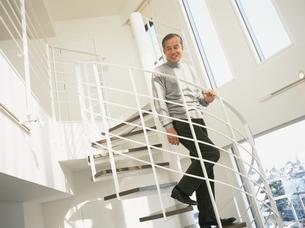 螺旋階段を下る中高年男性の写真素材 [FYI03209525]