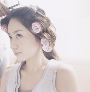 カーラーを巻く日本人女性の写真素材 [FYI03209539]
