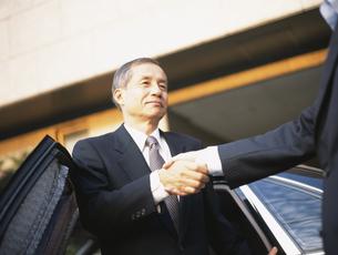 握手する中高年ビジネスマンの写真素材 [FYI03209542]