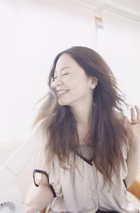 ドライヤーをあてる日本人女性の写真素材 [FYI03209550]