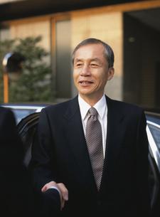 握手する中高年ビジネスマンの写真素材 [FYI03209551]