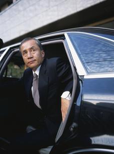 車から降りる中高年ビジネスマンの写真素材 [FYI03209590]